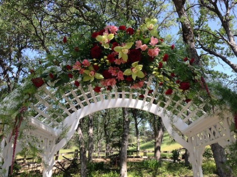 LOVED this arrangement on the arch.  So very lovely!
